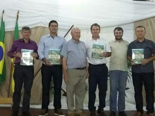 Gilso Paz prestigia o lançamento do livro que narra a história dos municípios de Ernestina e Tio Hugo