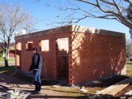 Construção do banheiro na Praça Joaquim Granja Neto em estágio avançado