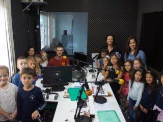 Estudantes das escolas Casemiro de Abreu e Frei Clemente visitam a Rádio Portal FM