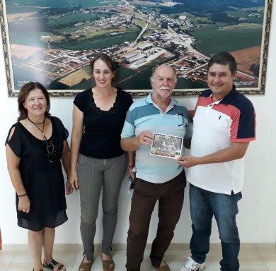 Representantes do grupo AWM entregam convite para a Administração Municipal