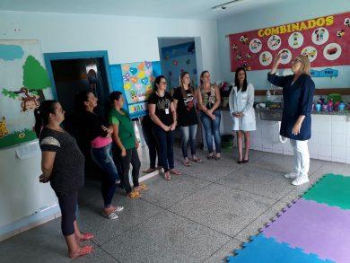 Equipe da secretaria de Saúde passa instruções sobre limpeza e desinfecção de ambientes as servidoras da Creche Municipal