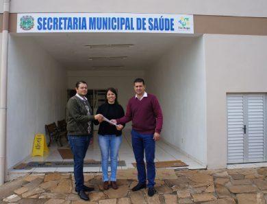 Vice prefeito, secretária e prefeito comemoram conqista