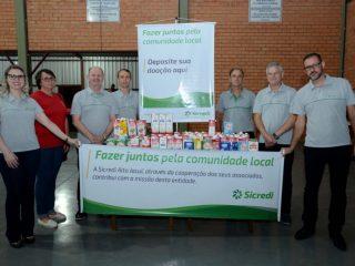 Associados da agência do Sicredi de Tio Hugo doam leite para escolas do município