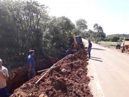 Equipes trabalham na ampliação das redes de água na comunidade da Linha Machado