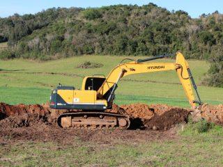 Escavadeira hidráulica a disposição da comunidade