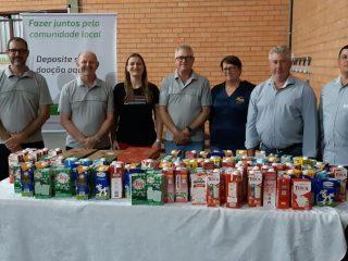 Associados do Sicredi Cooperação RS/SC de Tio Hugo doam leite para escolas do município