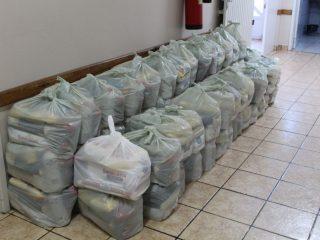 Famílias em vulnerabilidade social recebem doações de alimentos e materiais de higiene pessoal