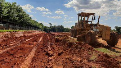 Secretaria de Obras atua na terraplanagem para construção de dois novos aviários