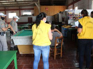 Equipe de fiscalização municipal em parceria com a Brigada Militar orientam estabelecimentos
